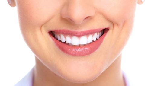Nên bọc răng sứ hay cấy ghép implant?