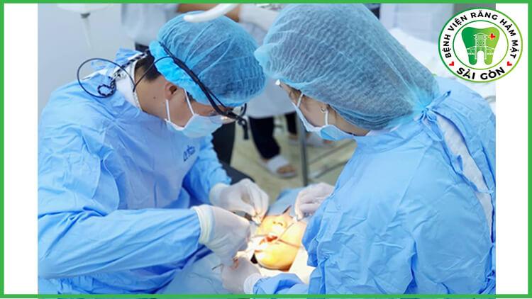 bác sĩ cắm Implant tức thì
